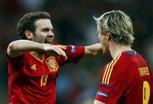 Mata saluda a Torres que le cede un gol que podía ser suyo