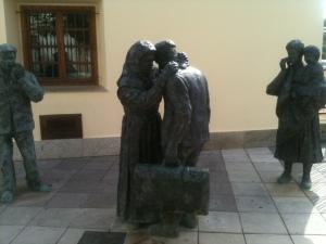 Grupo escultórico sobre la emigración en Boal (Asturias)